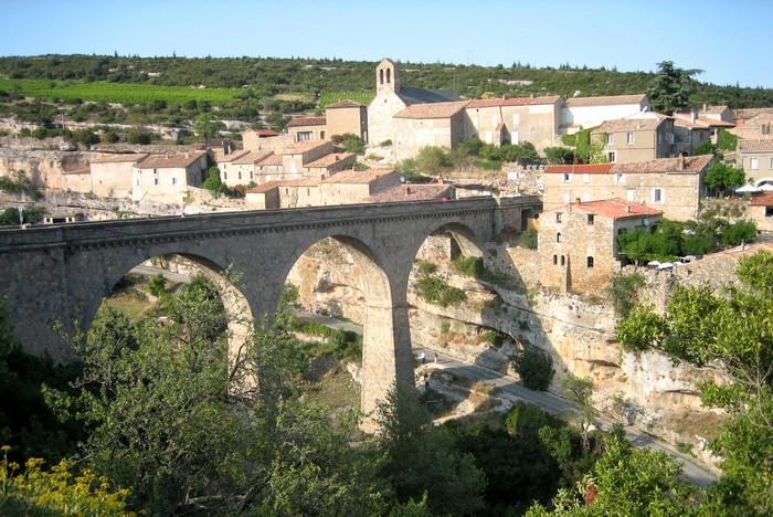 Minerve, son pont et ses formations géologiques particulières à sa base - Hérault, le Languedoc © Photothèque Hérault Tourisme - Sabine Foucault